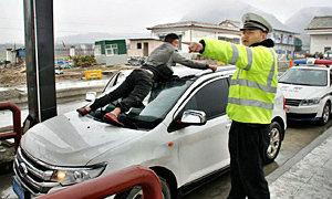 ชายจีนทุ่มสุดตัว โดนชนจนเกาะรถทวงหนี้