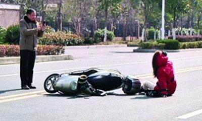 วิจารณ์ขรม! ลุงเห็นสาวจีนรถล้ม ขอถ่ายรูปก่อนช่วย