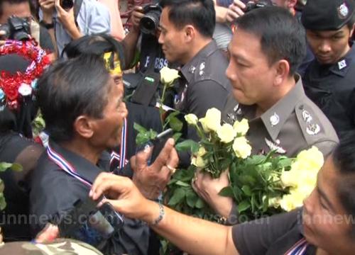 ม็อบ กปปส. มอบดอกไม้ให้ตำรวจหน้าสตช.