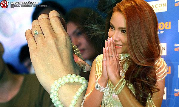 """แสงเพชรแยงตา """"กระแต ศุภักษร"""" โชว์แหวนขอแต่งงานเม็ดเป้ง!!"""