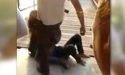 แชร์ว่อน! ตำรวจฝ่าวงเตะหญิง ห้าม 2 สาวตบกันนัวร์