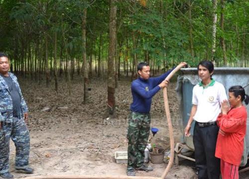 ทหารพัฒนาแจกน้ำชาวบ้านบรรเทาภัยแล้ง