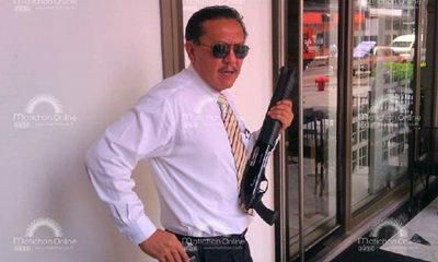 """""""ชูวิทย์ กมลวิศิษฎ์"""" ถือปืนลูกซอง พร้อมป้องกันตัวเอง หลังโรงแรมโดนถล่ม"""
