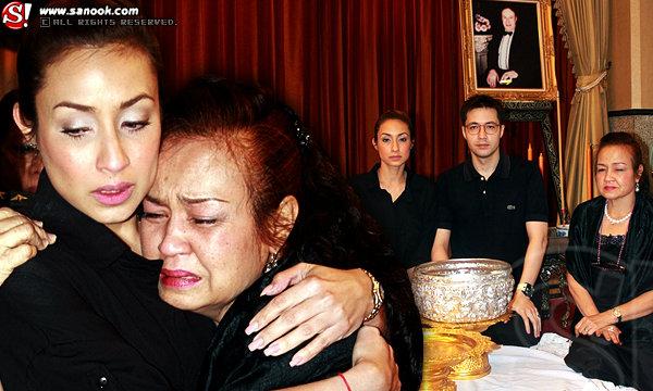 ภาพพิธีรดน้ำศพ พ่อแคทรียา อิงลิช เป็นไปอย่างโศกเศร้า