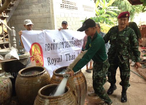 ทหารแจกน้ำช่วยชาวอ่างทองบรรเทาภัยแล้ง