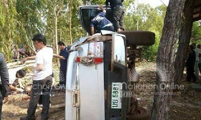 หนุ่มซิ่งกระบะกลับจากฉลองจับได้ใบดำ เสียหลักพลิกคว่ำชนต้นไม้ เมีย-ลูก 4 เดือนกระเด็นออกนอกรถดับ