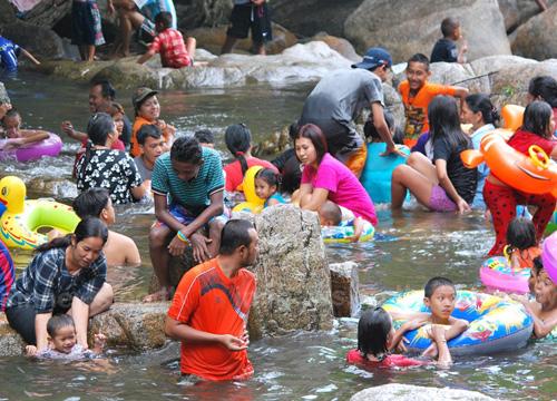 ชาวพัทลุงแห่เล่นน้ำตกคลายร้อนยอดหมื่นคน