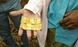 เฮง!! ขุดดินทำสวน เจอแผ่นทองคำโบราณฝังอยู่ มูลค่า 3 ล้านบาท