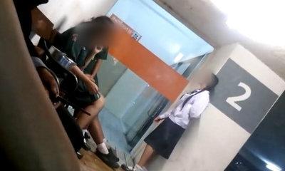 ว่อนเน็ต! คลิปนักเรียนหญิงสูบบุหรี่ที่ลานจอดรถห้าง