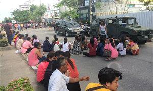 ผู้ค้าสลากรายย่อย รวมตัวปิดถนนหน้าศูนย์ค้าสลาก นนทบุรี ประท้วงยี่ปั้วขยับราคาขายส่ง