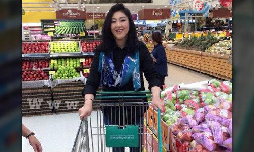 """""""ยิ่งลักษณ์"""" จ่ายตลาดห้างดังใกล้บ้าน สยบข่าวลือไม่กลับไทย ยันไม่หนีไปไหน"""