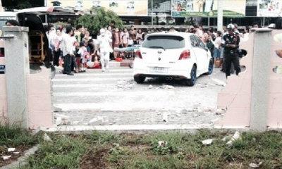 ผู้ปกครองขับเก๋งพุ่งชนกำแพงแตก ทับนักเรียนเจ็บ 9