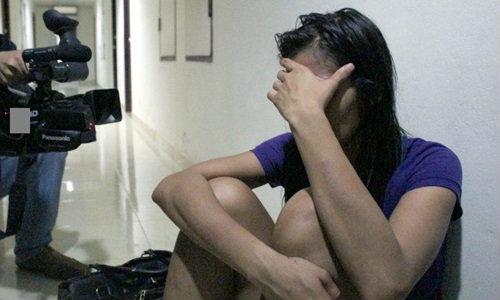หนุ่มอังกฤษอัพยาคลั่ง! ทำร้ายสาวไทย พุ่งชนกระจกดับคาห้องพัก