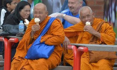 ชี้แจงแล้ว! ภาพพระไทยกินไอติม นั่งข้างสนามบอลแมนยู
