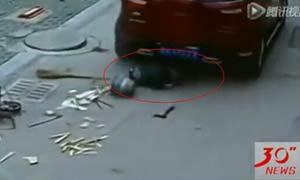 อุทาหรณ์!! เด็กนั่งเล่นกลางถนน รถวิ่งคร่อมร่าง รอดหวุดหวิด