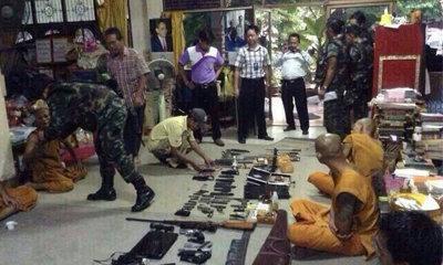อึ้ง! ทหารบุกค้นวัดดังชลบุรี ซุกหนังโป๊ ยาบ้า อาวุธเพียบ