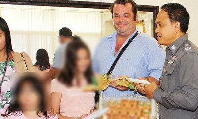 พ่ออังกฤษดีใจได้ลูกสาวคืน หิ้วกระเช้าขอบคุณตำรวจ เผยแม่ไทยคิดถึง เลยลักพาตัวไป