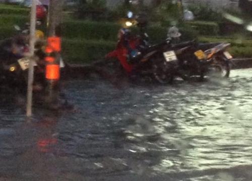 แจ้งวัฒนะรถติดน้ำท่วมขังถนนหลายเส้นหนึบ