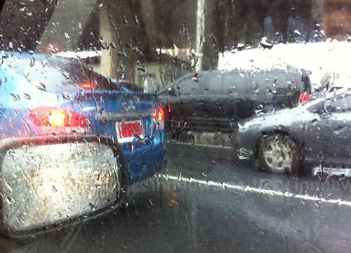 ฝนตกถนนลื่นรถชนกันสนั่น7คันถ.กาญจนาภิเษก