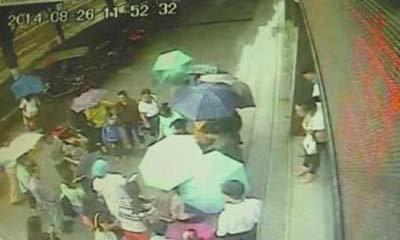 ซึ้งใจชาวจีน! รุมกางร่มให้สาวคลอดลูกริมถนน