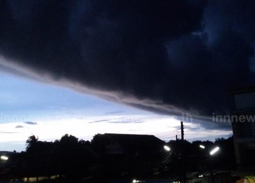 ชาวนครพนมตื่น! กลุ่มเมฆดำทะมึนก่อนฝนเท