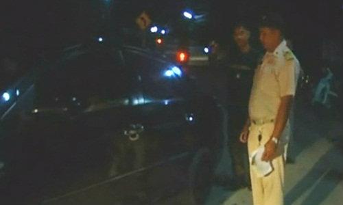 เก๋งพกยาบ้าหนีด่านตำรวจ ถอยรถทับ 2 แม่ลูกเจ็บสาหัส