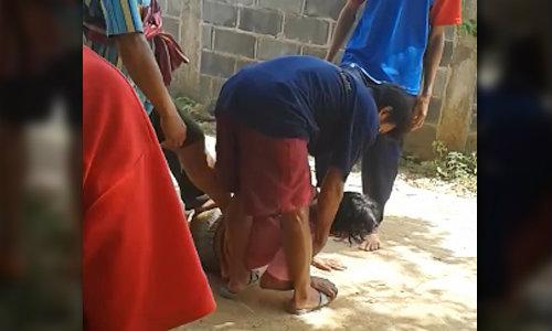 คลิปไล่ผีปอบ จ.เลย ชาวบ้านจับสาวทำพิธียกเท้าย่ำไฟใส่ผี
