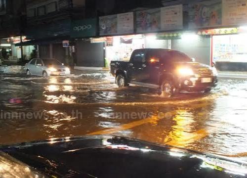 ฝนตกหนักน้ำท่วมถนนหลายสายเมืองร้อยเอ็ด