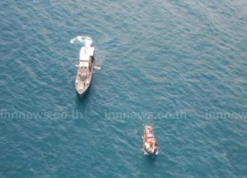 ทัพเรือช่วยกู้เรือประมงที่อับปางกลางทะเล