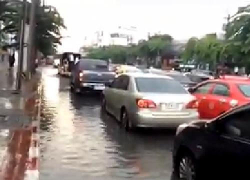 น้ำท่วมถนนรัชดาภิเษก10-15ซม.แนะปชช.ระวัง