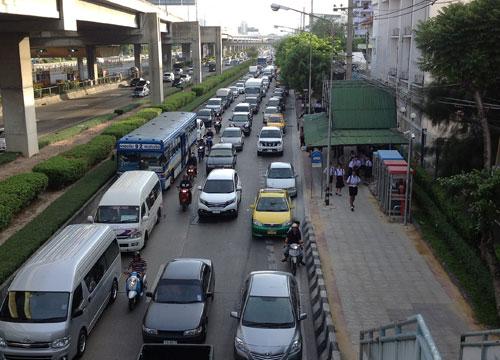 ถนนพหลโยธินขาเข้ารถมากการจราจรติดขัด