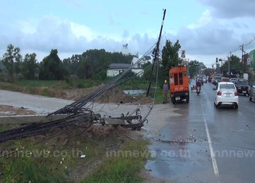 จันทบุรีฝนหนักลมซัดเสาไฟฟ้าหักโค่นขวางถนน