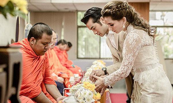 เปิ้ล ภารดี จูงมือ นิว เชื้อชาติ ทำบุญใหญ่ก่อนแต่งงาน