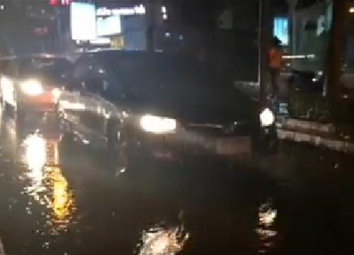 ฝนถล่มกรุงน้ำท่วมถนนลาดพร้าวรถติดหนึบ