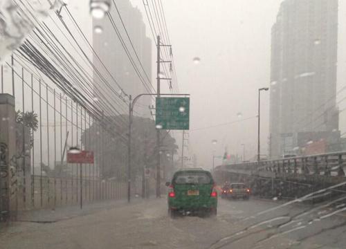 ฝนถล่มกรุงน้ำท่วมขังหลายจุดท่วมถึงฟุตปาธ