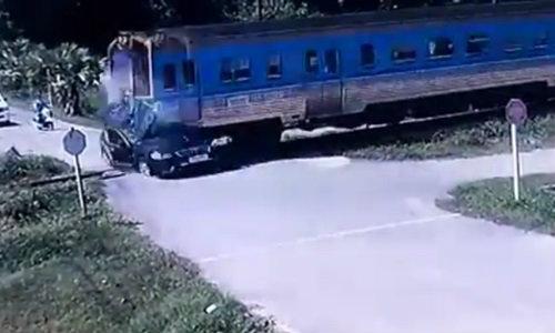 วินาทีสยอง! เก๋งคัมรี่ตัดหน้ารถไฟหัวหิน ชนดับ 2 ศพ