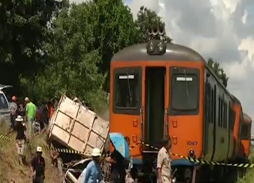 ตร.ขอนแก่น เผยคืบรถไฟชน10 ล้อยังย้ายไม่ได้ เจ็บ 33 ราย