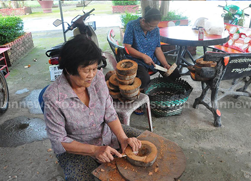 ผู้สูงอายุสองแควทำกระทงมะพร้าวขายหาเงินเข้าวัด