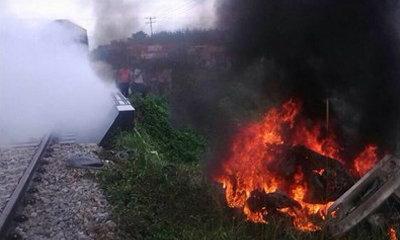 รถไฟชนเก๋งไฟลุกท่วม ดับ 4 ศพ เหตุไม่มีแผงกั้น