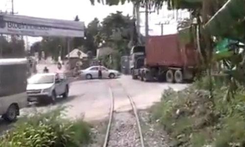 ชาวเน็ตแห่ดู คลิปดังคนขับรถไฟไทย ลำบากใจเหมือนกัน