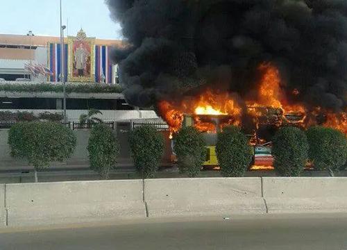ไฟไหม้รถเมล์ปรับอากาศหน้าคลังสินค้าดอนเมือง