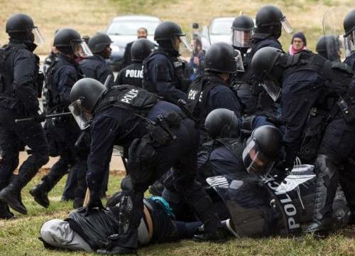 ตร.สหรัฐฯ จับผู้ชุมนุมกว่า 400 ราย หลังก่อเหตุรุนแรง