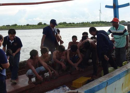 ชาวประมงล้อมจับเรือเวียดนามรุกล้ำน่านน้ำ