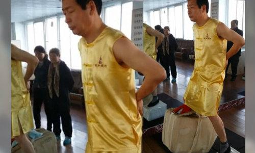 เหลือเชื่อ! อาจารย์กังฟูโชว์ใช้อวัยวะเพศยกก้อนอิฐยักษ์