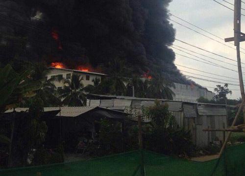 ไฟไหม้โรงงานพลาสติกพระราม2บึ้มสนั่นพนง.หนีตายวุ่น