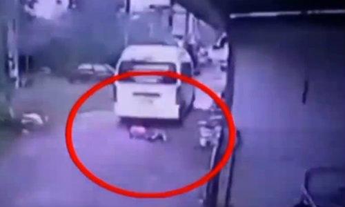 วิจารณ์แซ่ด! ภาพรถตู้ทับเด็กอนุบาล รร.ชดเชยหลักแสน