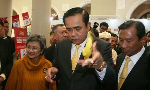 ภาพชุด บิ๊กตู่ สารพัดโยน ทั้งมาม่า-เปลือกกล้วย หยอกล้อนักข่าว