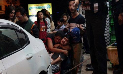 รถเก๋งถอยชนผู้สร้างเอ็มวีชื่อดังของกัมพูชาบาดเจ็บที่พัทยา