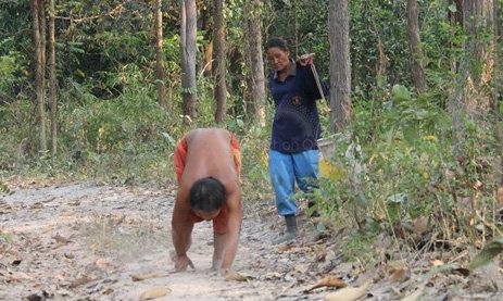 """พบเด็กประหลาด เดิน-วิ่ง 4 ขา ชาวบ้านตั้งฉายา """"มนุษย์เมาคลีในฝูงสุนัข"""""""