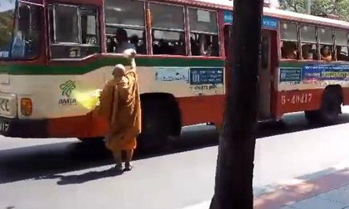 ภาพดีๆ พระสงฆ์ยืนโบกรถเมล์ แบ่งอาหารบิณฑบาตให้